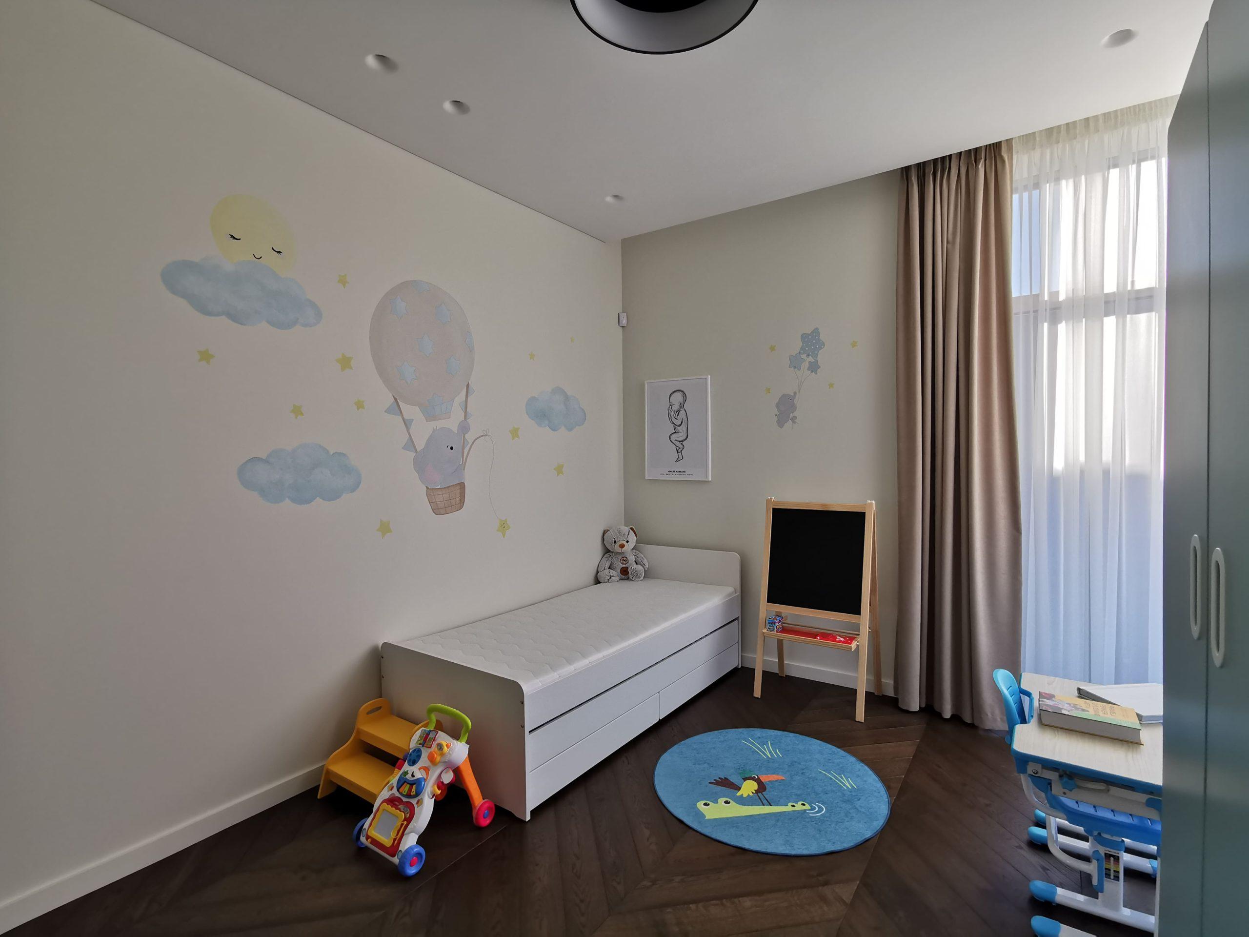 menine-kuryba-sienu-dekoravimas-vaiku-kambariai (22)